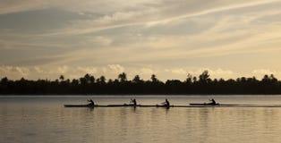 Canoa en la puesta del sol fotografía de archivo