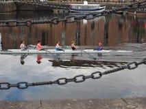 Canoa en los muelles de Liverpool Fotos de archivo libres de regalías