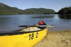 Canoa en orilla del lago Fotografía de archivo libre de regalías