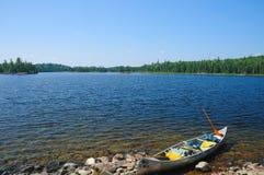 Canoa en a orillas del lago Foto de archivo libre de regalías