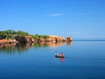 Canoa en superior de lago Fotos de archivo libres de regalías