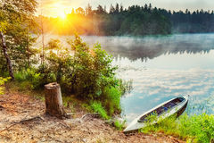Canoa en un lago fotos de archivo libres de regalías