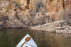 Canoa en un lago colorado Imágenes de archivo libres de regalías