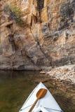Canoa en un lago colorado Fotografía de archivo libre de regalías