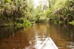 Canoa en un río Fotografía de archivo libre de regalías