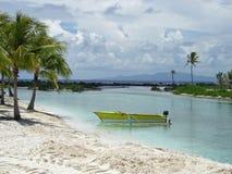 Canoa gialla di pesca sulla spiaggia del Pacifico Meridionale, Bora Bora, Polinesia francese fotografie stock