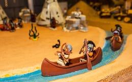 Canoa indiana con due indiani fatti dai blocchetti di Lego Fotografie Stock Libere da Diritti