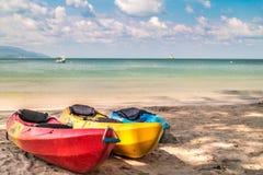 Canoa, kajaks en la playa Fotografía de archivo