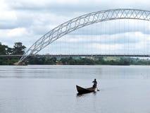 Canoa locale sul fiume del Volta del Ghana immagine stock