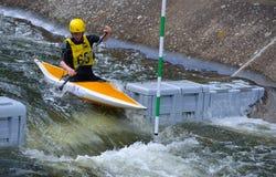 Canoa masculina del competidor foto de archivo
