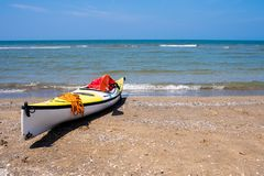 Canoa na praia, Bacoli Nápoles imagens de stock royalty free