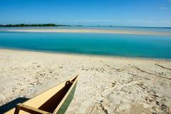 Canoa na praia tropical fotos de stock
