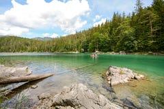 Canoa nel lago Eibsee nelle alpi bavaresi vicino a Garmisch Partenkirchen, Baviera Germania Immagini Stock