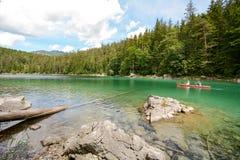 Canoa nel lago Eibsee nelle alpi bavaresi vicino a Garmisch Partenkirchen, Baviera Germania Immagine Stock