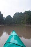 Canoa nella baia di Halong Fotografie Stock