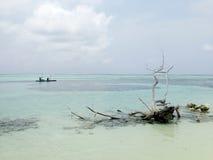 Canoa nella laguna blu Maldive Fotografia Stock