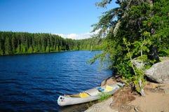 Canoa no acampamento nas águas do limite Imagem de Stock