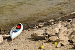 Canoa no banco de rio Foto de Stock