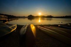 Canoa no pantanal Putrajaya durante o por do sol foto de stock royalty free