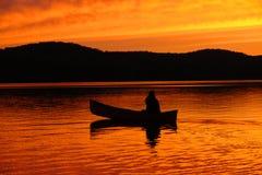 Canoa no por do sol Fotografia de Stock Royalty Free