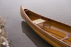 Canoa nova que flutua na água calma no por do sol do inverno Foto de Stock