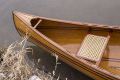 Canoa nova que flutua na água calma no por do sol do inverno Imagem de Stock
