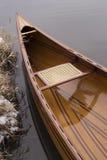 Canoa nova que flutua na água calma no por do sol do inverno Imagens de Stock