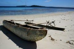 Canoa polinesiana sulla spiaggia Fotografie Stock Libere da Diritti