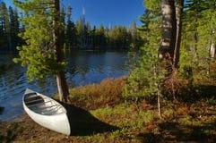 Canoa por el río Fotos de archivo