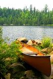 Canoa pronta de Portage imagem de stock royalty free