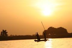 Canoa que cruza um rio Imagem de Stock