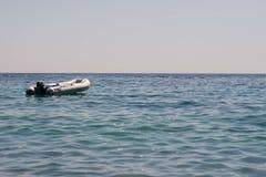 Canoa que flota en el agua tranquila fotos de archivo