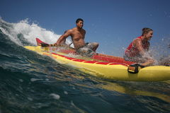 Canoa que practica surf en Makaha Fotografía de archivo libre de regalías