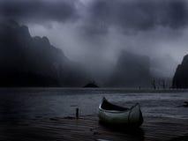 Canoa que se sienta en muelle Foto de archivo libre de regalías