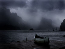 Canoa que senta-se na doca Foto de Stock Royalty Free