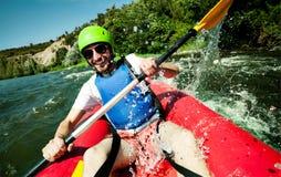Canoa que transporta la diversión del río en balsa Imagen de archivo libre de regalías