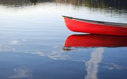 Canoa roja Fotografía de archivo libre de regalías