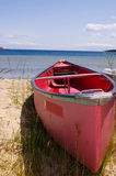 Canoa roja imagen de archivo