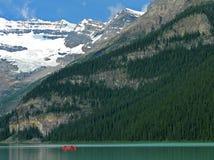 Canoa roja en Lake Louise espectacular Fotos de archivo libres de regalías
