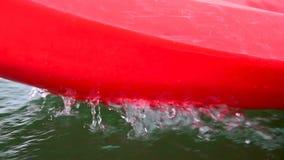 Canoa rossa che spruzza acqua video d archivio