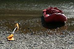 Canoa rossa e palelle gialle Fotografia Stock