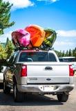 Canoa sobre o carro fotografia de stock