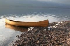 Canoa sul lago della montagna Fotografia Stock Libera da Diritti
