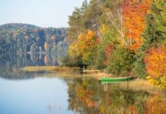 Canoa sull'autunno tranquillo del lago Fotografia Stock Libera da Diritti