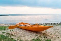 Canoa sulla spiaggia immagine stock libera da diritti