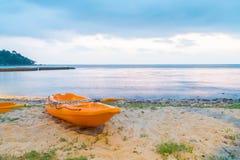 Canoa sulla spiaggia immagini stock
