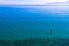 Canoa sulle acque di mare serene. Fotografia Stock Libera da Diritti