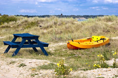 Canoa variopinta su una riva di mare Fotografia Stock