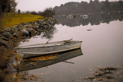 Canoa vazia amarrada acima foto de stock royalty free