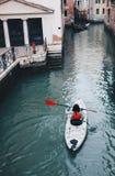 Canoa a Venezia con il kajak - modo alternativo della ragazza visitare Th fotografia stock